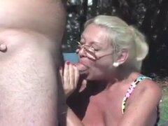 Trío de abuelita madura junto a la piscina. Trío de abuelitas maduras junto a la piscina