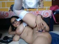 Porno Big naturals con chica follando un dildo, Hipster chica con grandes tetas lleva medias blancas que se ven muy sexys de ella. Ella le está follando un juguete en webcam.