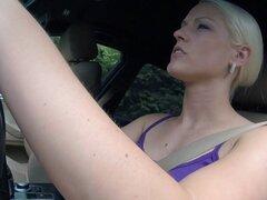 Pussylicked taxi babe consigue su coño cremado. Pussylicked taxi nena con tetas grandes consigue su coño crema