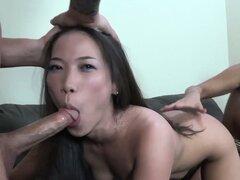 ¡ImmoralLive Latina MILF enseñanza petite asiática para follar!