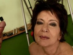 Madura guarra Katala obtiene coño peludo follada por detrás en un gimnasio