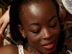 Cutie africana tiene gran schlong blanco aproximadamente