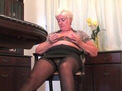 Abuela gorda en nylon juega con el pene falso, Chunky abuela Sandie de agarra su consolador y bonks su túnel de amor y más.
