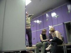 Fems amateur hablando y cambiando en el vestuario, Real amateur mujeres que capturan en el gordo de vestidor exclusivo video. Hablando y riendo sobre nada seguir cambiando y demostrar desnudez caliente.