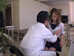 Digitación de diversión para una caliente teen japonesa en video del examen médico, algún juego bonito twat fue algo este Jap babe didn.t esperar de su ginecólogo, pero de todos modos le gustaba. Está atrapado en este video de camara oculta médico y se ve