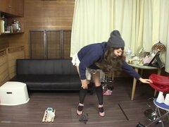Falta de desesperación pee japonesa amateur en HD muy linda japonesa amateur mal intenta sostener en su orina en un intento de desesperación de explosivos pee ido muy mal en HD con subtítulos en inglés subtitulada