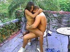 Dos chicas de ébano caliente con culo grande compartan en dura la polla