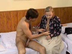 Mujer madura cachonda recibiendo