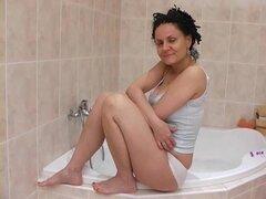 Abuela caliente en la tina
