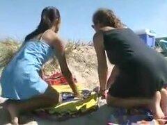 cansado de la playa, dos calientes a lesbianas en la playa. uno va a conseguir otro frasco y descubre ninguna izquierda para que ella vueltas hasta el otro está cansado