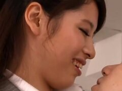 Bonito japonesa milf deepthroats Kaede Imamura hace alarde de su estudiante, Sexy profesor Japon Kaede Imamura en pantimedias sexy frente a su joven estudiante. La chica sexy se ve extremadamente hermosa y el chico obtiene fascinado por su agilidad, y tir