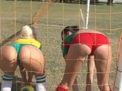 Molly y su amigo deportivo están jugando al fútbol. Usar shorts muy sexys y mirada muy seductoras. Cada hombre quiere jugar con chicas tan maravillosas y sexuales!