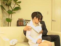 Entrevista con extremos amplios Japonés encima con una sesión de follar, una zorra japonesa llegó para una entrevista pero ella no tenía idea de que había cámaras espía en la oficina. Para pasar el examen, se le pide tener sexo con el jefe y en esta pelíc