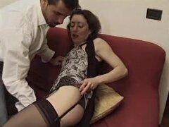 Madre italiana peluda que me gustaria follar - Anal. Euro-moza con manguito hirsutas tiene sexo duro con algunos colegas que incluye algún acto anal.