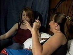 Madre e hija fumando. Madre e hija fumando.