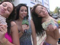 Chicas amateur reales hacen cosas por dinero. Chicas amateur reales hacen locuras en público por dinero como tener sexo trío en un garaje con extraños