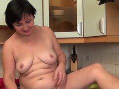 Yulya en masturbación película - AtkHairy, Yulya está en la cocina jugando con su manguito peluda. Ella frota su clítoris peludo grande que nos muestra lo que parece una de coño peludo. Ella extiende abierta para un buen espectáculo.