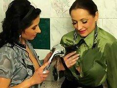 Calientes morochas lesbianas muy putas Gina Killmer y Victoria Rose se ponen traviesas bajo una ducha