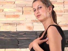 Frente ruso follando agujero. Playgirl ruso adquiere sus amígdalas cosquillas por una baqueta grande, verla mordaza como su perilla impregna la boca.