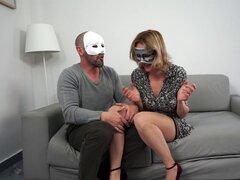 MILF juega con su marido y consoladores grandes