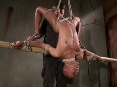Tratamiento áspero BDSM ébano de su cuerpo por su maestro