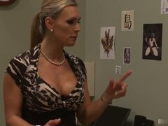 Tetona madura Tanya Tate recibe un masaje de su hombre mucho menos experimentado.