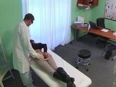 Paciente morena sexy obtiene digitación de su médico