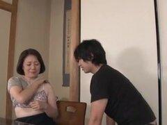 Grande titted milf japonesa en una acción hardcore. Una caliente milf japonesa madura con enormes tetas tenía duro follar con chico caliente en varias escenas de este video porno.