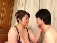 Señora japonesa gorda se la follan por el hombre flaco, gordo japonés señora con unas enormes tetas y grandes pezones obtiene su coño machacado por joven flaco.