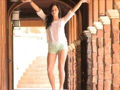 Morena erótica en Shorts Stripteasing encantadora al aire libre