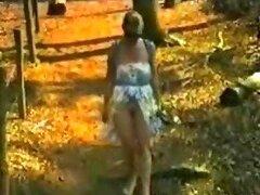 Flasing Amateur sexy coño en el bosque