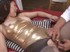 Madre japonesa permite un chico dedo coño antes de se la folla