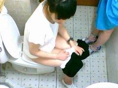Dos amigos bastante asiáticos son meando en WC en caf 233;