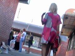 Arriba de fumador de cigarrillo-enagua, los fumadores son elementales cuando compran innovadores en un stand al aire libre. Y el viento era poderoso suficientemente ese día traje de Heydon golpe para arriba por lo que pude disfrutar de correas de encaje d