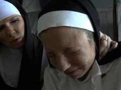 Salacious monjas encuentran un consolador y van lesbianas jugar con él