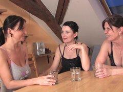 Dacey es feliz extender sus piernas por un par de señoras cachondas - Dacey, Dejana, Juliana