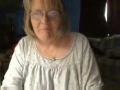BBW grannywith gafas muestra sus grandes tetas naturales y afeitado vag para la webcam.