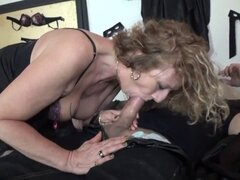 Sophie de 50 años de edad follan en medias. Lisa quería intentar ser golpeado por 2 pollas, pero ella es tímida y nunca le dijo a su marido. Es él quien la convenció para hacerlo...
