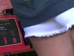 Estudiante universitario agradable en shorts muy cortos,