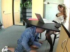 Secretaria nerd en lencería follando en la oficina