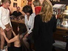 Milfs calientes en fiestas de sexo en el bar - más en HDMilfCam, com