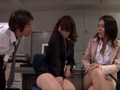 Dos impresionantes chicas de la oficina japonesa dan una masturbación con la mano en una oficina