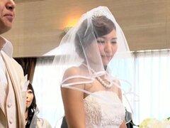 Novia japonesa cachonda en lencería se complace en sexo en grupo salvaje