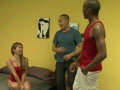 Asiática guarra follada por dos chicos después de chupar polla en trío