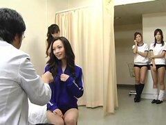 Colegialas japonesas de CMNF subtituladas grupo examen médico, trabajo ideal para los aspirantes a médicos como una suerte es asignada para llevar a cabo comprobaciones de todo el cuerpo a un grupo de colegialas japonesas que tira desnuda uno a uno para e