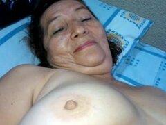 Abuela fea le da una mamada descuidada y rizada. Abuela fea y pervertida le da una mamada descuidada a su maridito en esta mamada madura amateur video.