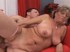 Esta señora madura naughty obtiene desnuda con este chico