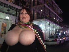 Exótica pornstar tetas locas, escena de sexo de la realidad, la noche y estás caminando por las calles de New Orleans durante carnaval cuando una pelirroja BBW le acerca mientras levantando sus gigantes knockers, los destellando te que otra rubia sube y t