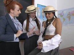 Lección de lesbianismo... Profesora madura pelirroja con colegialas viciosas adolescentes Sasah y Vicky