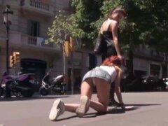 Soportar una humillación malvada. Una humillación pública es necesaria para vestido cautivante